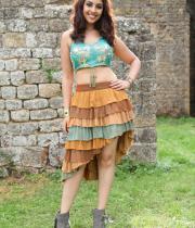 richa-gangopadhyay-navel-show-in-mirchi-14