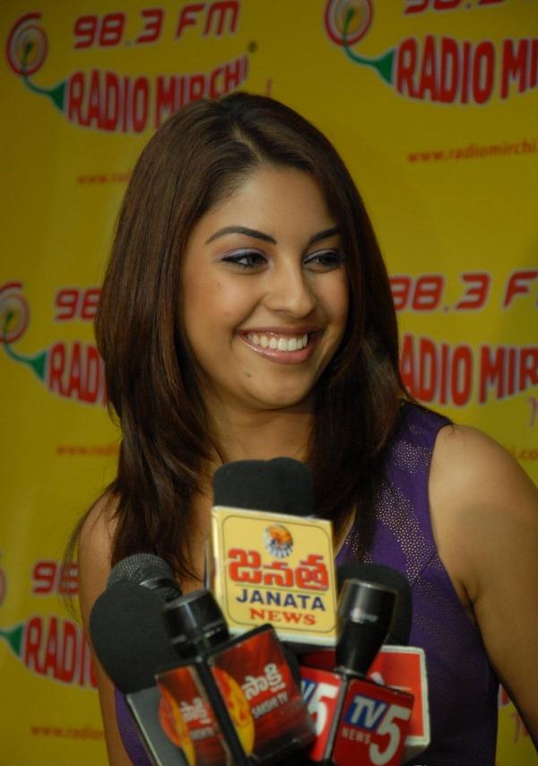 richa-gangopadhyay-radio-mirchi-for-sarocharu-audio-launch-15