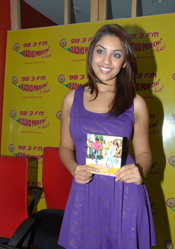 richa-gangopadhyay-radio-mirchi-for-sarocharu-audio-launch-6