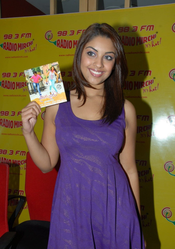 richa-gangopadhyay-radio-mirchi-for-sarocharu-audio-launch-7