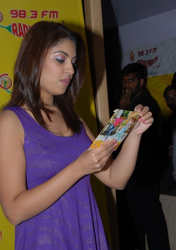 richa-gangopadhyay-radio-mirchi-for-sarocharu-audio-launch-9
