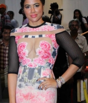 sameera-reddy-latest-hot-navel-cleavage-show-pictures-8