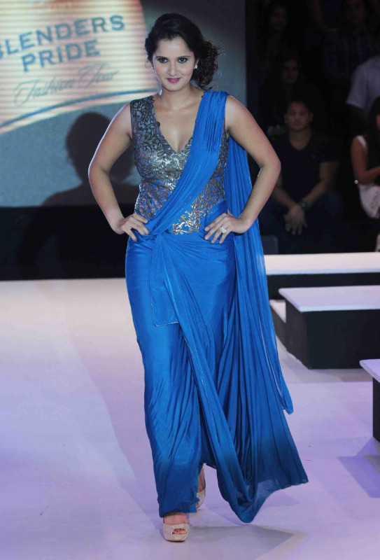 sania-mirza-walks-for-shantanu-nikhil-at-blenders-pride-11