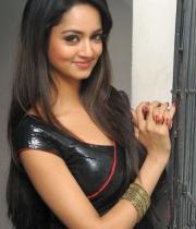 shanvi-hot-in-black-saree-photos-19