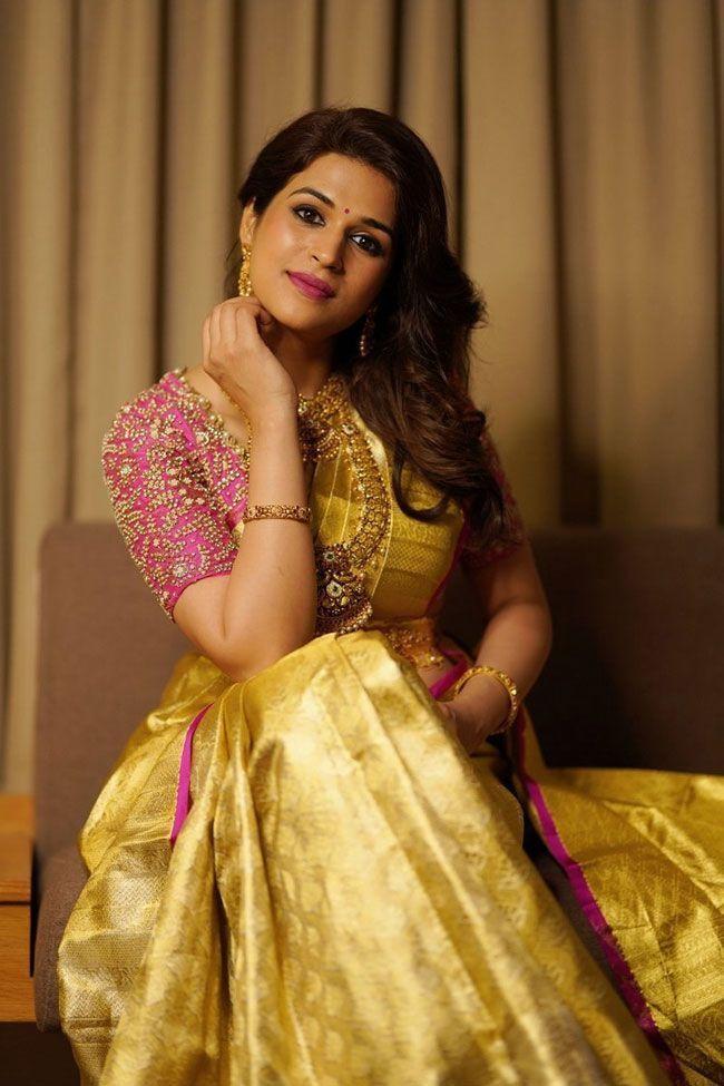 Shraddha-Das-Flaunts-Her-Beauty-In-a-Saree_1
