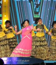 shriya-dance-performance-at-mirchi-music-awards-2012-7