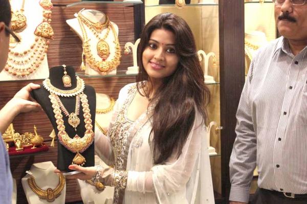 sneha-at-malabar-gold-collections-15