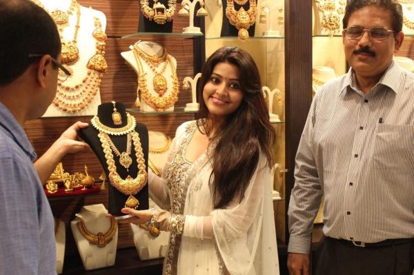 sneha-at-malabar-gold-collections-21