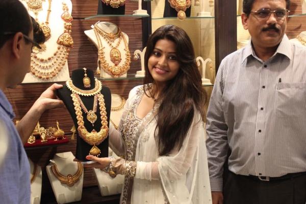 sneha-at-malabar-gold-collections-22