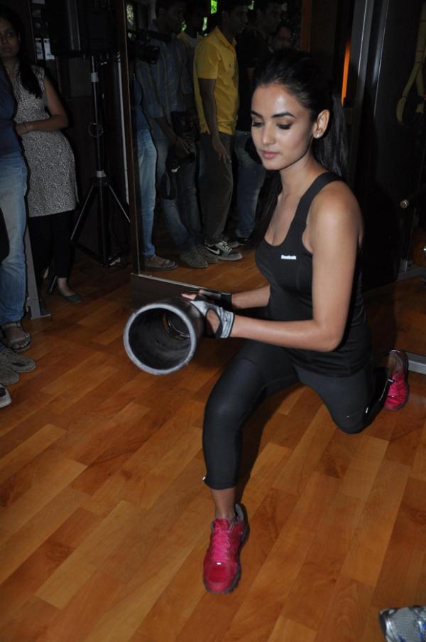 sonal-chauhan-gym-workout-hot-photos-14