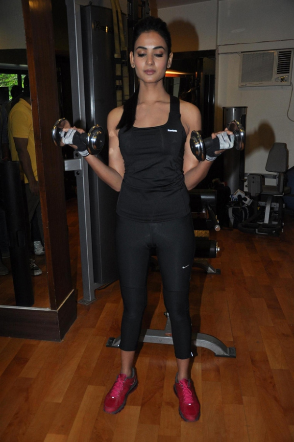 sonal-chauhan-gym-workout-hot-photos-16