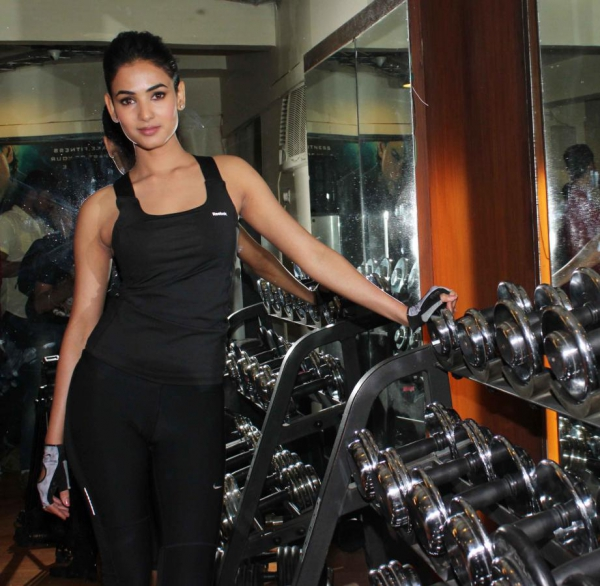 sonal-chauhan-gym-workout-hot-photos-22