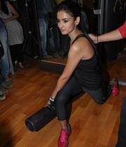 sonal-chauhan-gym-workout-hot-photos-8