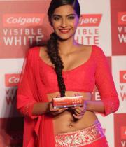 sonam-kapoor-launch-colgate-white-tooth-paste-55